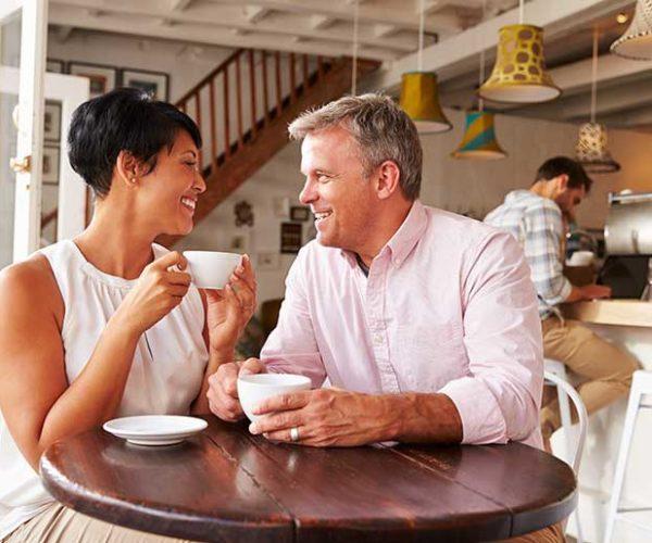 Les avantages et les inconvénients de sortir avec une femme plus âgée